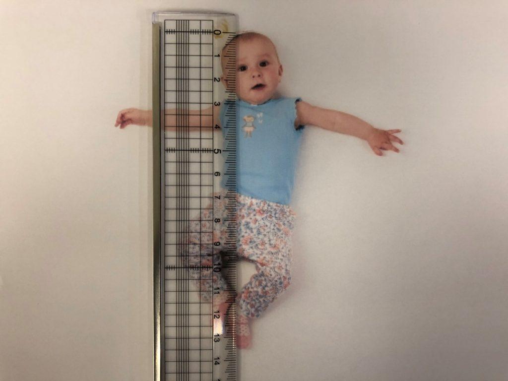 赤ちゃんを物差しで測る
